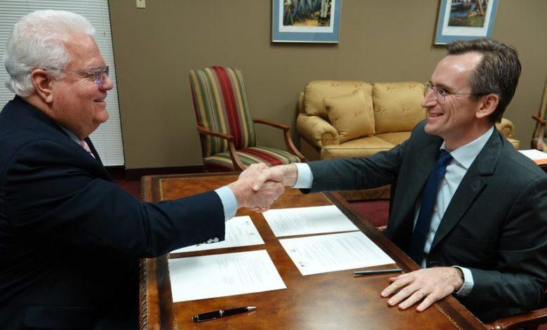 Photo : Ken Detzner à gauche et Clément Leclerc à droite. Crédit photo : Consulat général de France à Miami