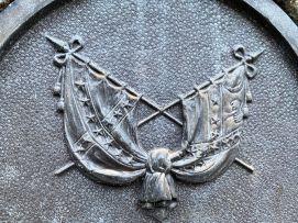 Drapeaux confédérés sculptés dans le Washington Square de Charleston
