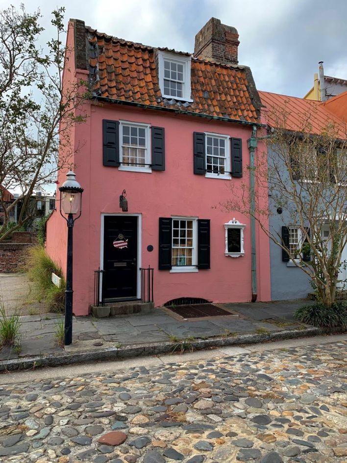 """Cette maison rose est la plus ancienne de Charleston, juste en face du """"marché aux esclaves"""""""