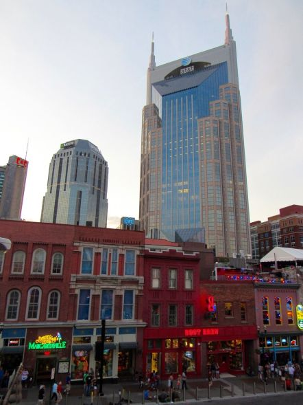 Lower Broadway et ses honky-tonks à Nashville, Tennessee