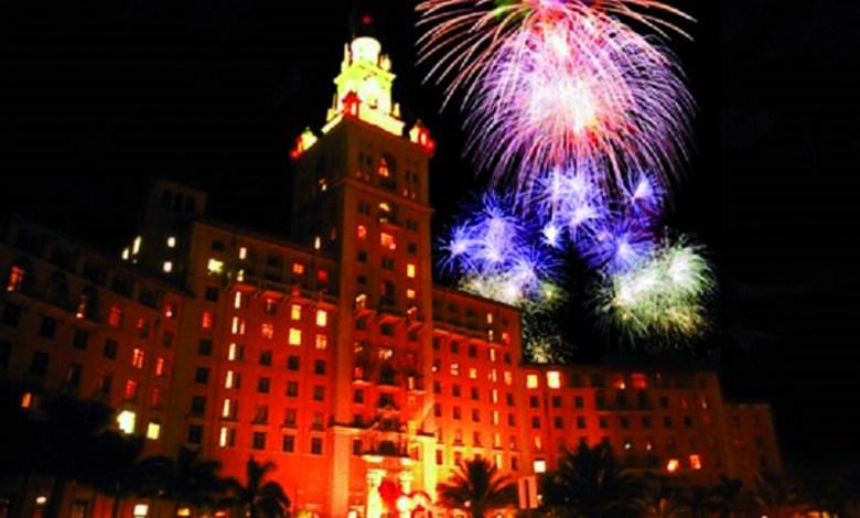 Feu d'artifice au-dessus du Biltmore de Miami le jour d'Independance Day.
