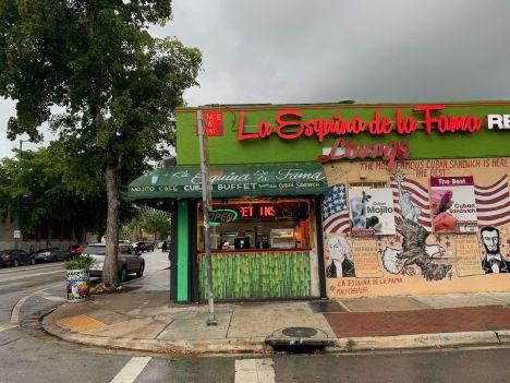 Le traditionnel petit café cubain du coin de la rue, sur Calle Ocho à Miami.
