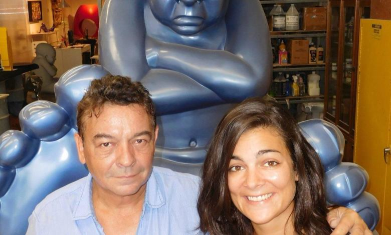 "Olivier et Caroline Haligon devant un ""big foot"" d'Idan Zareski"