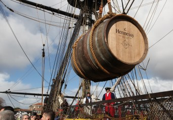Les baroques Hennessy sont chargées à bord : direction Mount Vernon ! © Francis Latreille / Association Hermione Lafayette