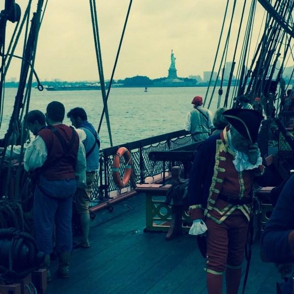 L'Hermione devant la statue de la Liberté à New-York