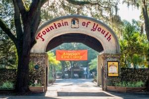 La porte d'entrée du « Fountain of Youth Archaeological Park ». Le parc est l'emplacement de l'ancien bourg de Saint-Augustine.