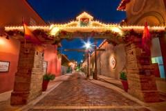 La rue Aviles décorée pour les Nuits de Lumières annuelles de Saint-Augustine.