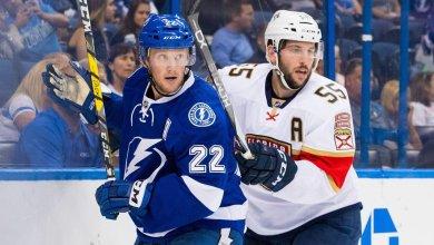 Le joueur québécois Jason Demers (à droite) face au l Lighting (crédit photo : Florida Panthers)