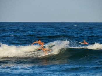 Surf sur la plage sud de Deerfield Beach en Floride