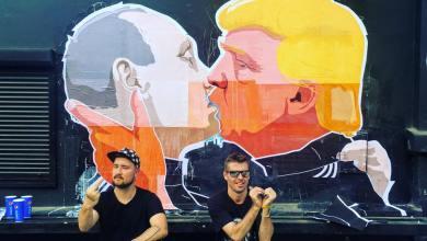 Sur la façade du restaurant Keulė Rūkė de Vilnius (Lituanie) un détournement du célèbre baiser entre les dictateurs communistes Leonid Brejnev (URSS) et Erich Honecker (RDA)