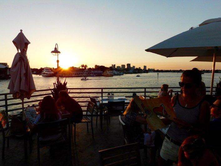 Coucher de soleil sur la rivière Intracoastal et la skyline de Fort Lauderdale en Floride, depuis le restaurant Pelican Landing