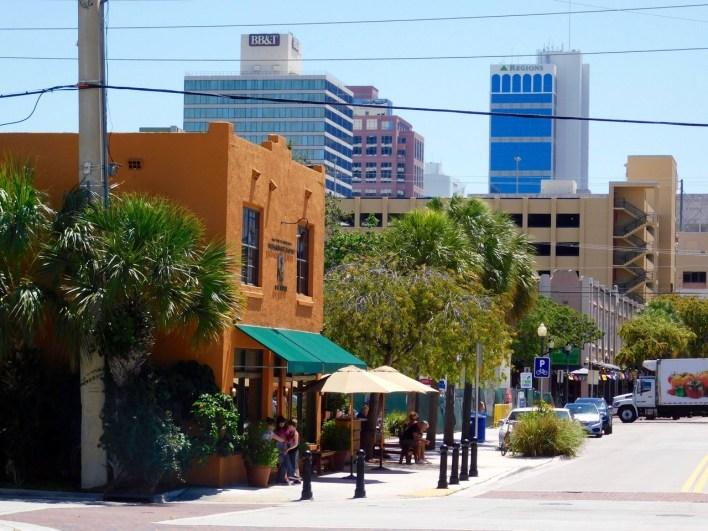 La SW 2nd St de Fort Lauderdale avec ses cafés et restaurants