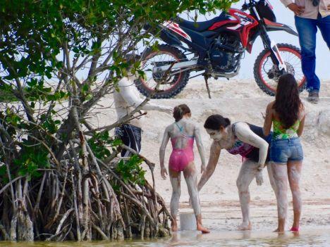 Bain de boue maya dans le lagon de Rio Lagartos dans le Yucatan.
