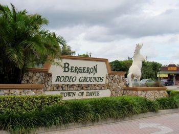 La entrada al Bergeron Rodeo Grounds en Davie, Florida.'entrée des terrains de rodéo Bergeron à Davie en Floride.