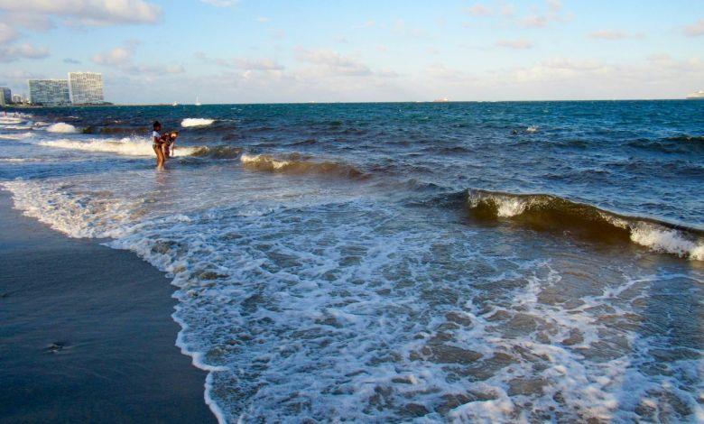 Marée rouge sur la plage de Dania Beach en Floride à la mi-octobre 2018