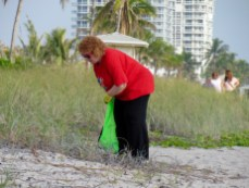 La consule générale du Canada Susan Harper durant l'opération de nettoyage de la plage de Hollywood.