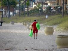 La consul du Canada Laurent Morel-à-l'Huissier durant l'opération de nettoyage de la plage de Hollywood.