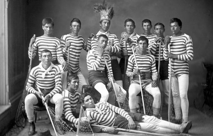 Photo: William Notman / Musée McCordÉquipe de crosse de Kahnawake, en 1876. La majorité de ces joueurs avaient voyagé en Angleterre pour une tournée organisée par William George Beers. L'homme portant une coiffe traditionnelle est le capitaine de l'équipe, Sawatis Aiontonnis.