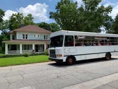 """Un tour en bus devant la """"pudding house"""" de Senoia, l'endroit où Carl dévore une boîte de crème au chocolat !"""