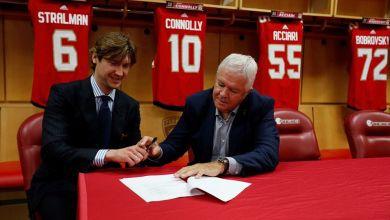 La signature de Bobrovsky avec le directeur général Dale Tallon.
