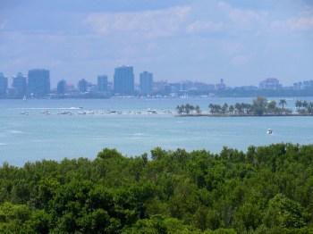 La Skyline de Miami vue depuis le phare du Cape Florida State Park, sur l'île de Key Biscayne (Miami en Floride)