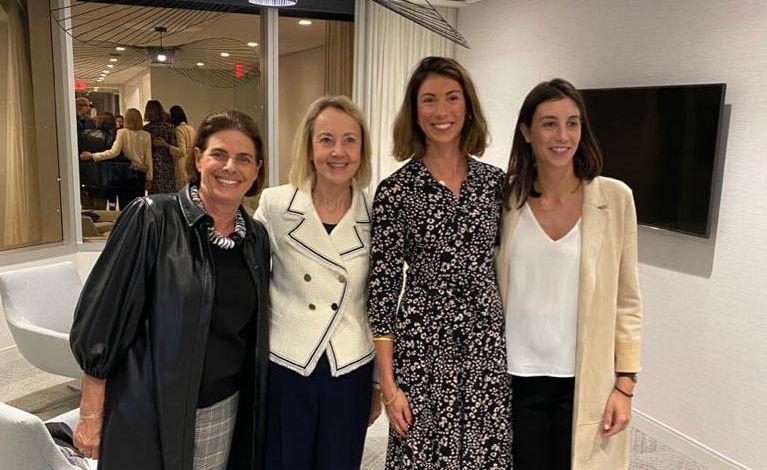 """Eglantine Courtiere, Philippine Courtiere, Dominique Bona, Patricia Bona lors de la dernière réunion """"Parcours de femmes"""" à Miami"""