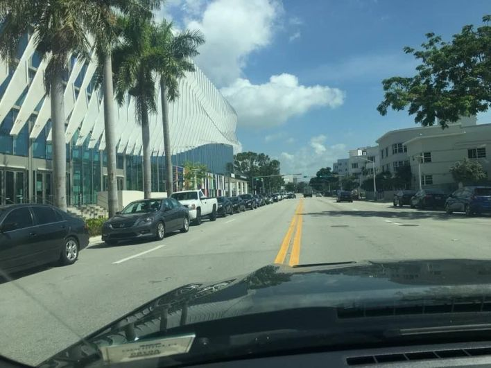 Des centaines de voitures (sur la gauche) attendant pour se faire tester le 24 juin au matin, tout autour du Miami Beach Convention Center