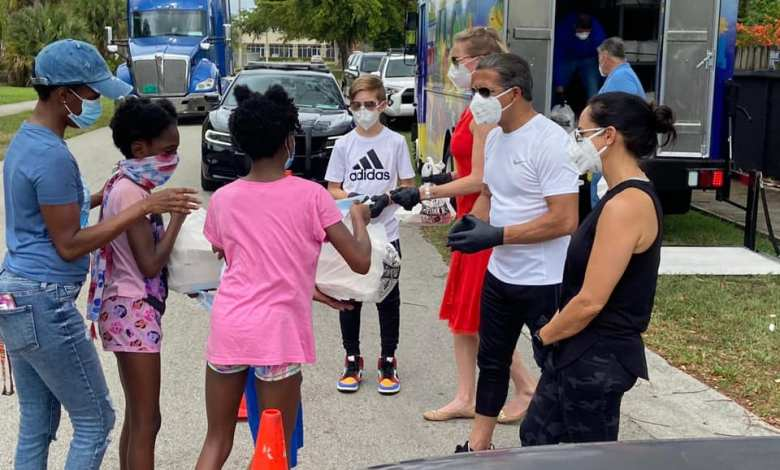 Distribution de nourriture par Alberto Carvalho et ses équipes à Miami.