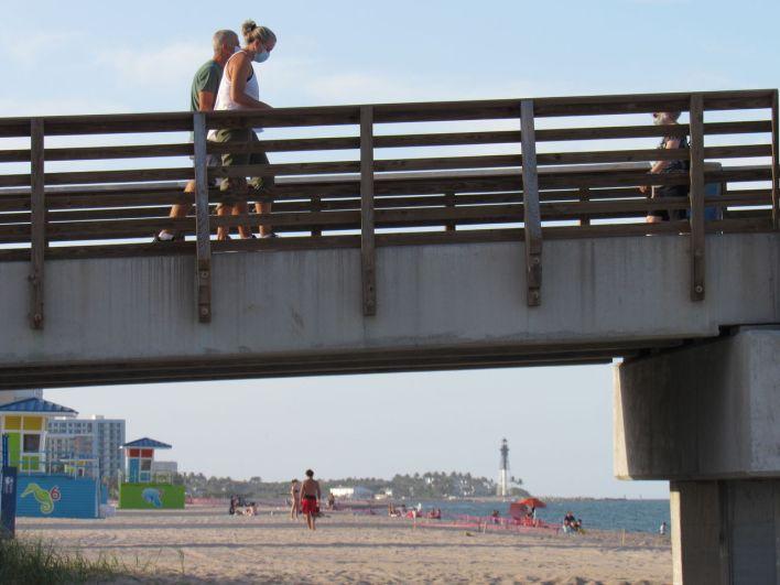 Des Floridiens portant le masque cette semaine sur la jetée de Pompano Beach en Floride