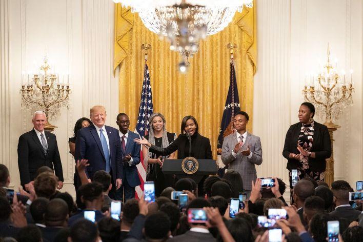 Candace Owens s'exprimant devant Trump et Pence en 2019 à la Maison Blanche durant le Young Black Leadership Summit