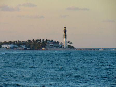 Le phare de Hillsboro vu depuis la plage de Pompano Beach en Floride