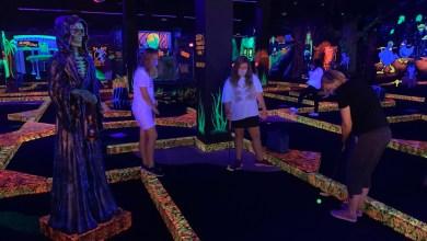 Photo de Jouer au mini-golf fluorescent dans la région de Miami et Broward : on a testé pour vous Monster Mini Golf !