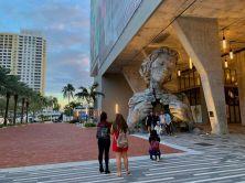 """La sculpture """"Thrive"""" près des quais de Fort Lauderdale"""