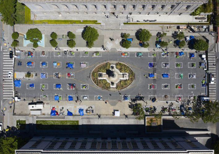Camp de tentes respectant la distanciation sociale et la quarantaine (!) en mai 2020 derrière l'hôtel de ville de San Francisco.
