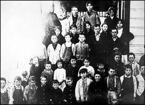 """Photo des """"Jeunes Icariens"""" dans l'école d'Icaria-Sperenza la colonie de Cloverdale, en Californie."""