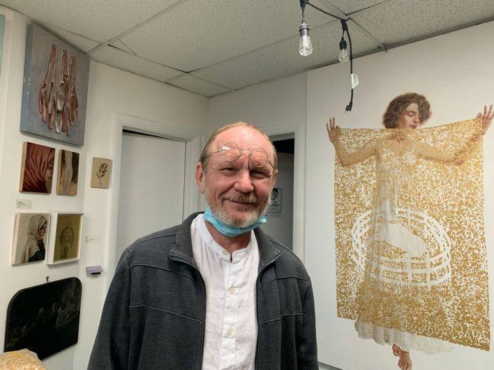 Le peintre Pavel Ouporov dans sa galerie de FAT Village.