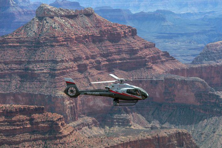 Visiter le Grand Canyon en hélicoptère.