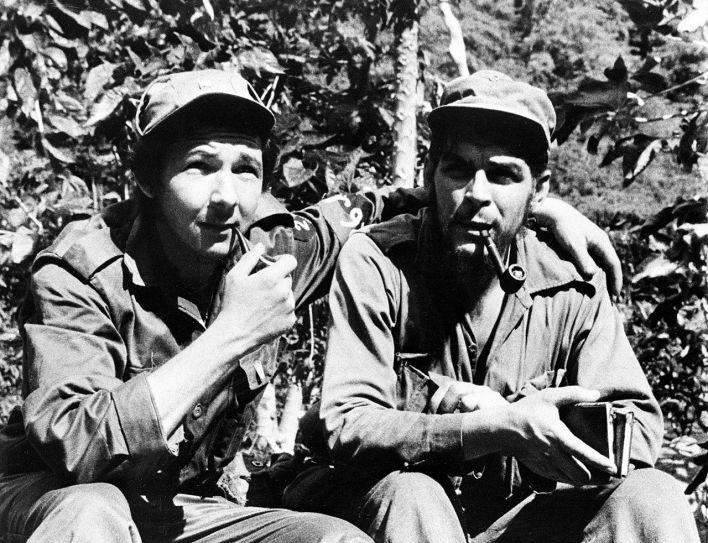"Photo : Raul Castro, à gauche, avec le guérillero Ernesto ""Che"" Guevara, en juin 1958 durant la révolution. (crédit : Museo Che Guevara / libre de droits)."
