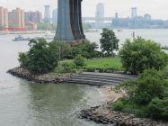 Plage sur l'East River sous le pont de Manhattan dans le quartier de DUMBO à Brooklyn