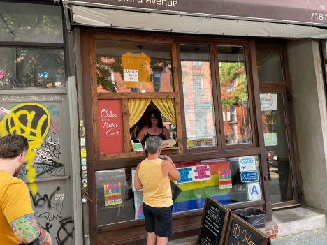 Fenêtre à café dans le quartier de Williamsburg à Brooklyn (notre guide de voyage à New-York)