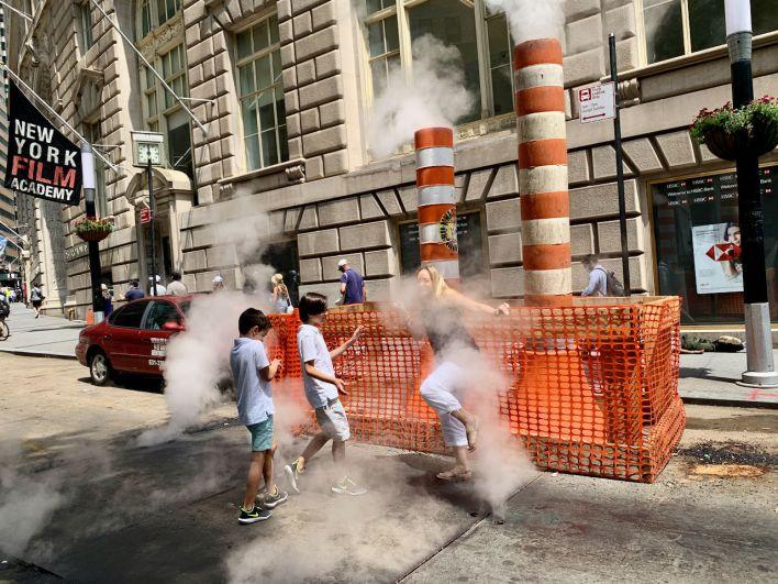 Enfants jouant dans les fameuses fumées s'échappant des rues new-yorkaises !