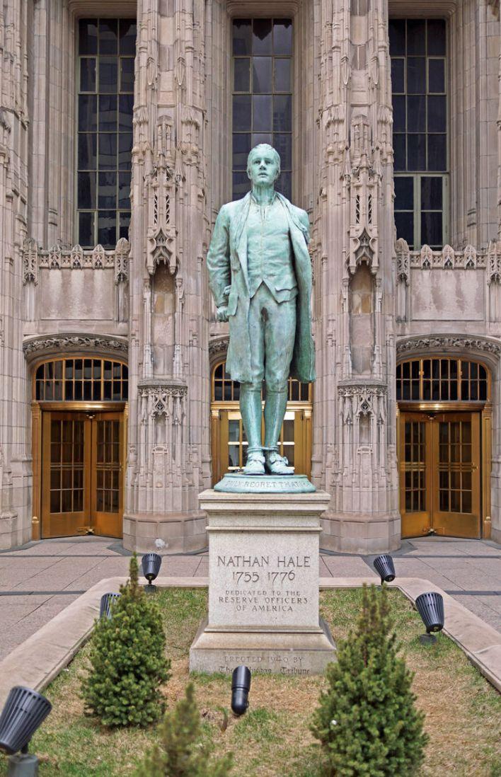 La magnifique statue de Nathan Hale devant la (tout aussi magnifique) tour du Chicago Herald.