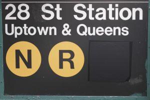 Panneau de station de métro indiquant les lignes qui y passent (ici les lignes jaunes N et R).