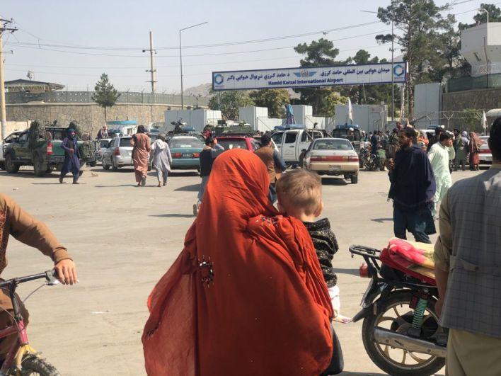 Entrée de l'aéroport de Kaboul deux jours après le retour au pouvoir par les Talibans.