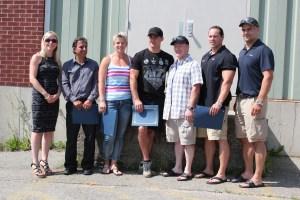 On aperçoit Eugene Manuel, survivant d'un arrêt cardiaque (au milieu à la droite, portant la chemise écossaise) avec les témoins qui lui sauvèrent la vie.