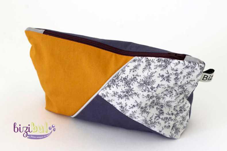 La pochette zippée est une petite pochette en tissu, doublée en coton et fermée par une fermeture éclair. Ce projet couture proposé par bizibul, est un cours de couture complet et idéal pour débutante. Venez apprendre la couture autour d'un patron de couture alliant patchworck, passepoil et fermeture éclair. Les leçons de couture se déroulent à Port St Père (44) près de St Herblain, Brains, La Montagne et St Jean de Boiseau.