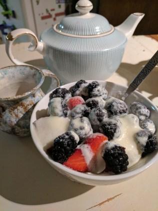 Berries, tea and whole cream
