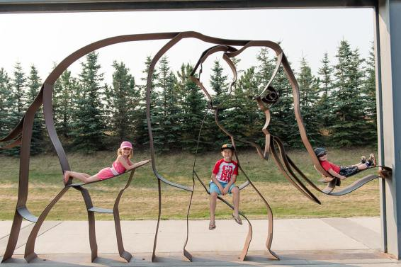 Liske kids on an elephant at the zoo