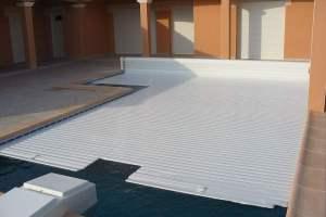 couverture-piscine-avec-decoupe-pour-bloque-de-filtration