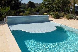 couvertures piscine automatiques escalier-roman-decoupe-en-equerre